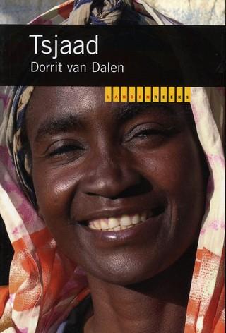 In januari 1993 hield Tsjaad een Nationale Conferentie over een nieuwe grondwet en de toekomst van het land. Dichterbij een natie is het land nooit geweest.   Kort daarop kwamen de verschillen weer naar voren. Geografische verschillen tussen de extremen van de woestijn in het noorden en het groene uiterste zuiden van het land, en dus tussen rondtrekkende veetelers en landbouwers. Culturele verschillen tussen etnische groepen en tussen islamieten, christenen en aanhangers van traditionele religies. Sociale verschillen door de ongelijke beschikbaarheid van modern onderwijs, gezondheidszorg, wegen en andere voorzieningen. In Tsjaad vat men ze allemaal samen in de tegenstelling noord-zuid.    Het onderscheid is om politieke redenen aangewakkerd en heeft ontwikkeling ernstig gehinderd.   Tsjaad is een van de armste landen ter wereld. [...] Wie zich een beeld wil vormen van de kansen voor het land in de toekomst, moet zich afvragen hoe reëel het verschil tussen het 'noorden' en het 'zuiden' is, hoe ermee te leven is en in welke mate het oorzaak of gevolg is van het gebrek aan ontwikkeling. Die vragen wil dit boek beantwoorden.